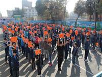 توزیع بسته های دانش آموزی در مدرسه شاهد شهدای مکه