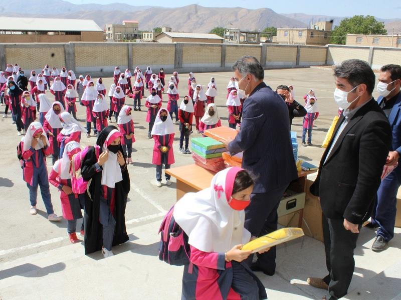 توزیع بسته های لوازم التحریر در مدرسه شهدای بانک مسکن شهر آلونی